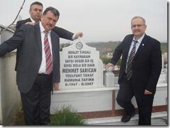 05.03.2010 Erdal Baykara, Abdullah Köktürk ve Ahsen Okyar rahmetli Kandıra Kaymakamı Mehmet Sarıcan'nın kabri başında